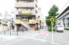 地下鉄中央線「九条駅」西改札口から出口1-Bの階段を下りてまっすぐ50mほど進みます。